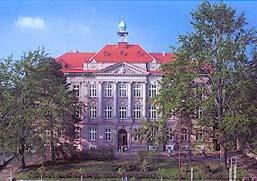budova školy počátkem 90. let 20. století