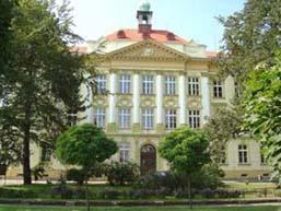 budova školy v roce 2003